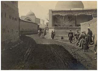 Улица Гуль-базар в начале ХХ века. Слева - мечеть Ходжи Ахрара, справа - гузарная мечеть Гуль-базар, сохранившаяся до нашего времени